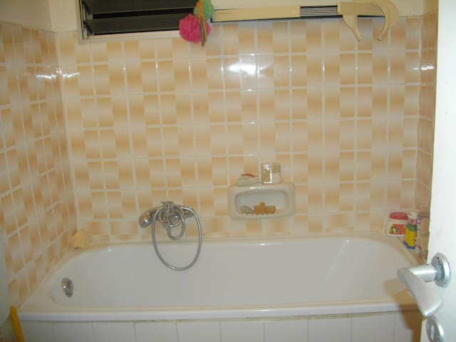 Large comfortable, airy room to let - israel - Huoneisto