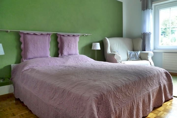 Old town, 1 room with private bath and breakfast - Chur