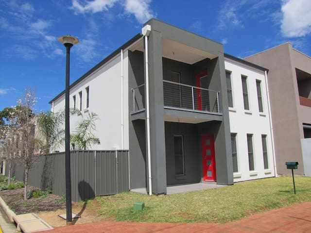 Large Modern House Close to City! - Brompton