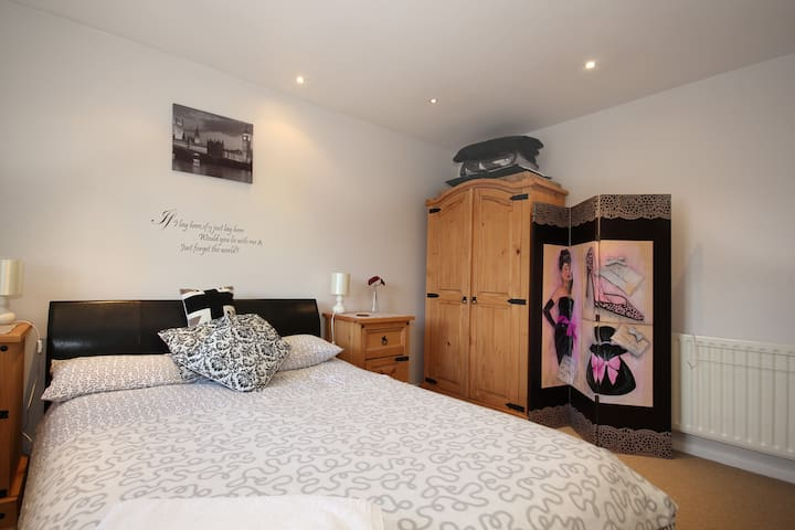 Ensuite double delux room 5 minutes from Gatwic - Gatwick,
