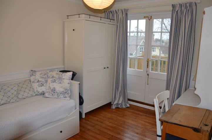 Cosy room in friendly Essex house  - Newport