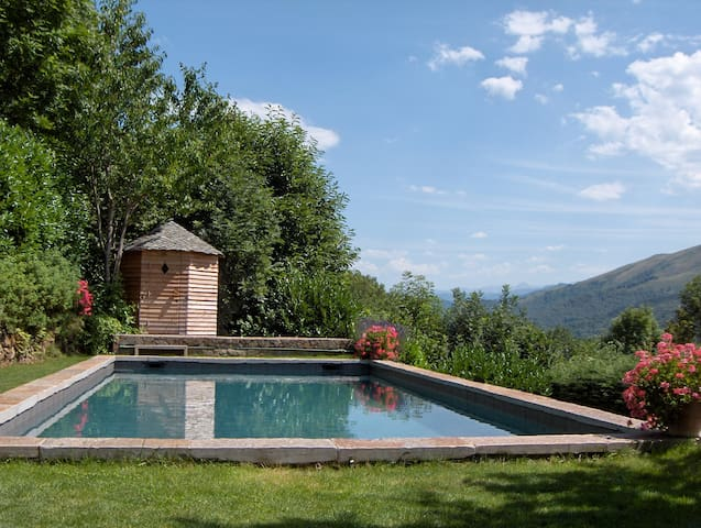 CHARMING HOUSE IN THE PYRENEES - Saurat - Hus