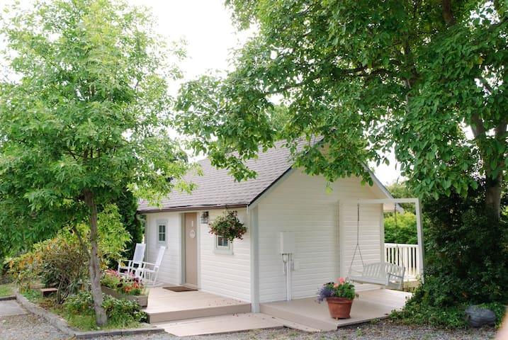 Charming Cape Cod Style Cottage # 1 - Coupeville - Chalet