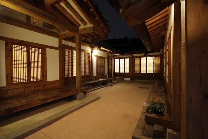Located at Main street in Seoul - Jongno-gu - Casa