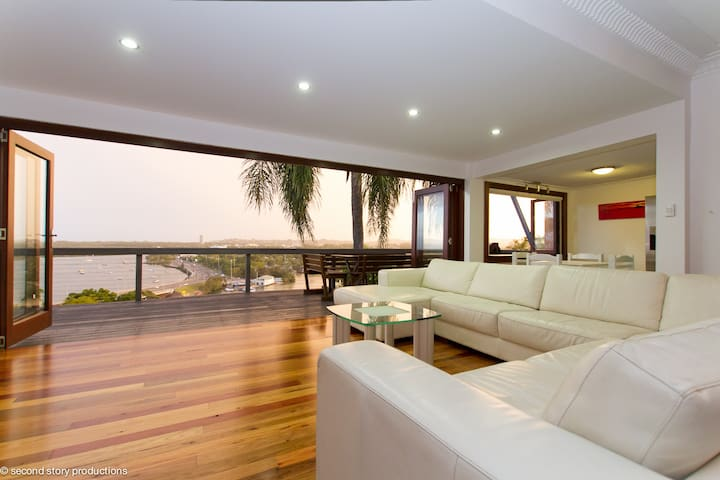**The Singer House... Amazing Views - Tweed Heads - Talo
