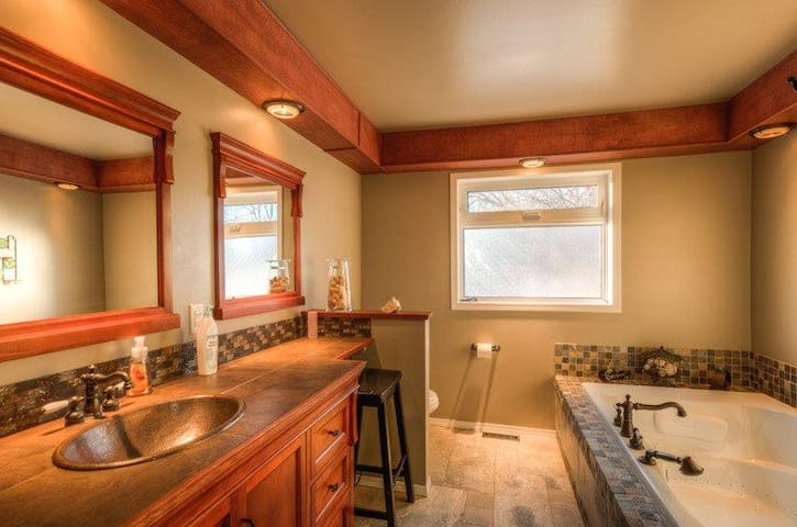 Private Room with en-suite bathroom - Yellowknife - Дом