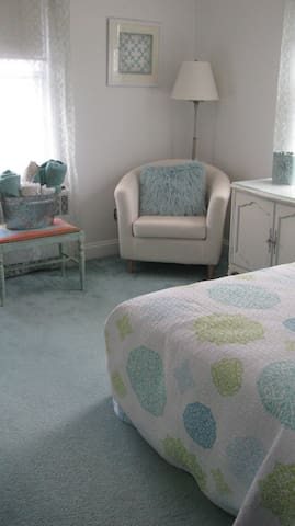 Crisp and Clean Cottage-Style Room - Trenton - Huis