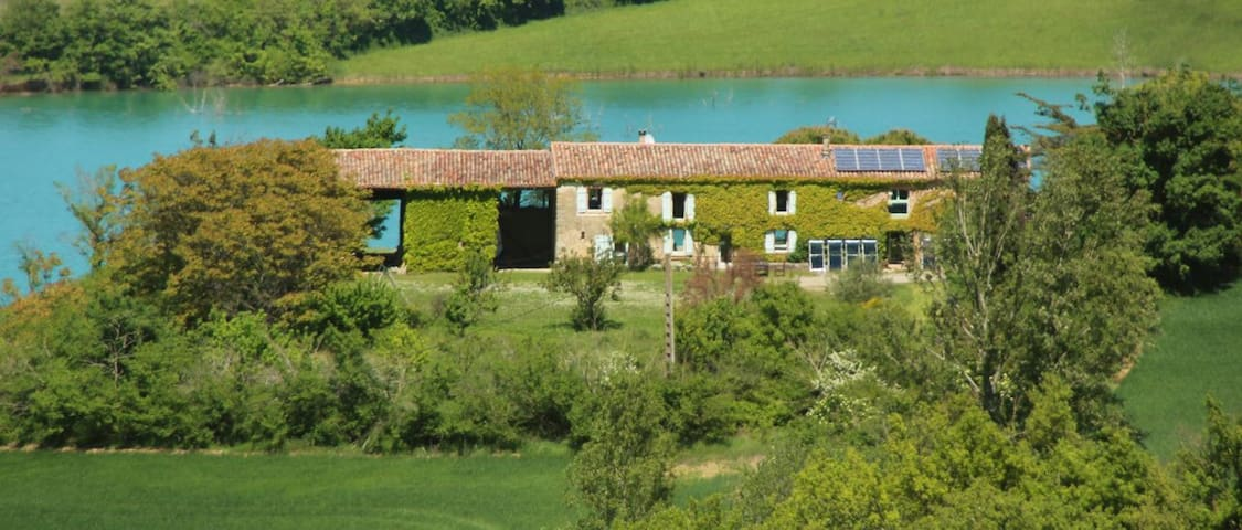 Charming old farm on a huge lake   - Toulouse-Carcassonne - Huis