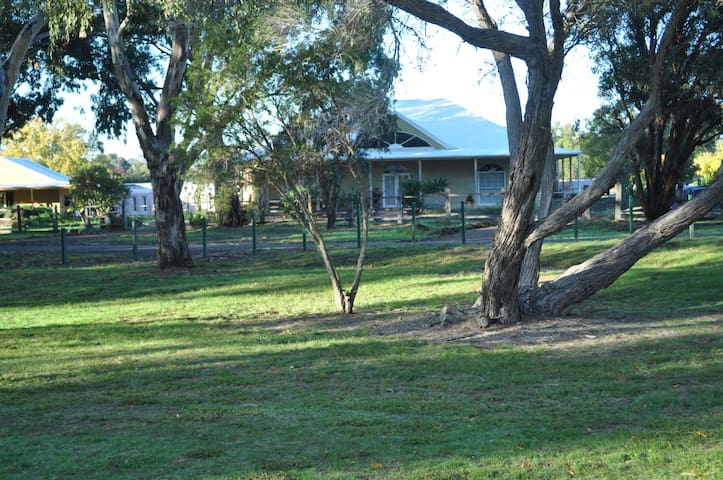 Strawbale house on the Werribee River. - Bacchus Marsh - Casa