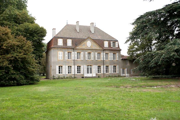 Château de la Bernarde , 18° siècle - Renaison