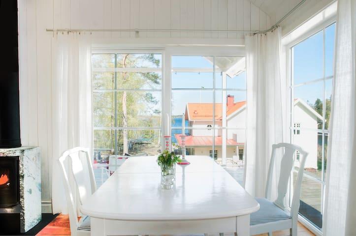 Charming bungalow with sea view! - Lidingö