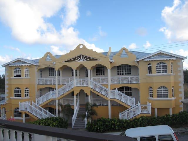 A Contemporary Apartment Building.  - Christ Church - Departamento