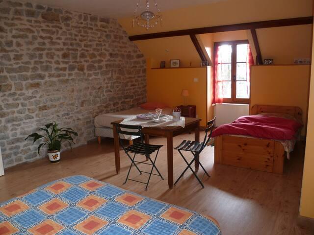 Lovely Bourgundy style bedroom - Thoisy-le-Désert - Hus