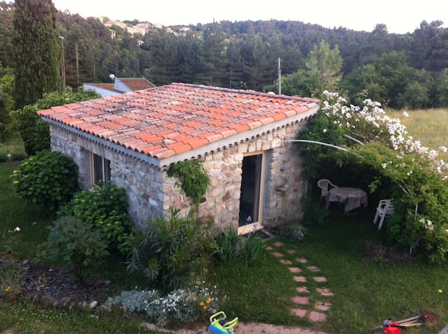 Joli studio indépendant avec jardin - Ailhon - Apartamento