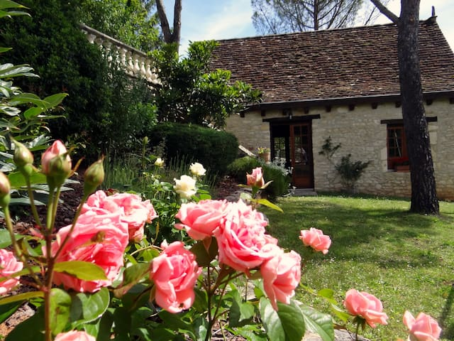 A charming stone house w/ jacuzzi near Rocamadour - Lacave - Hus