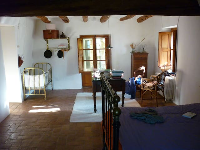 A quiet room in a masia. - Lilla - Casa