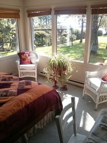 Room with gorgeous lake view! - Shawinigan - Bed & Breakfast