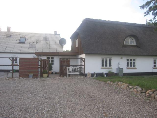 Stråtækt hus på landet - Aars - Hus