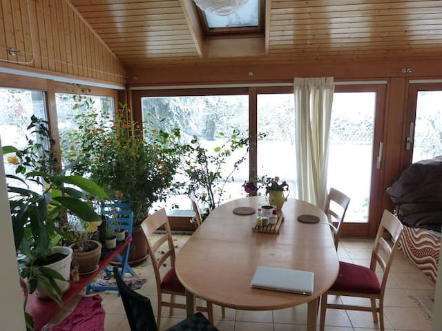 Room in quiet and cozy house close to Lausanne - Assens - Hus