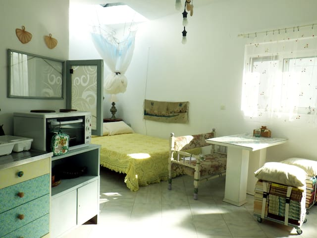 A studio with backyard in a village - Salakos - Apartamento