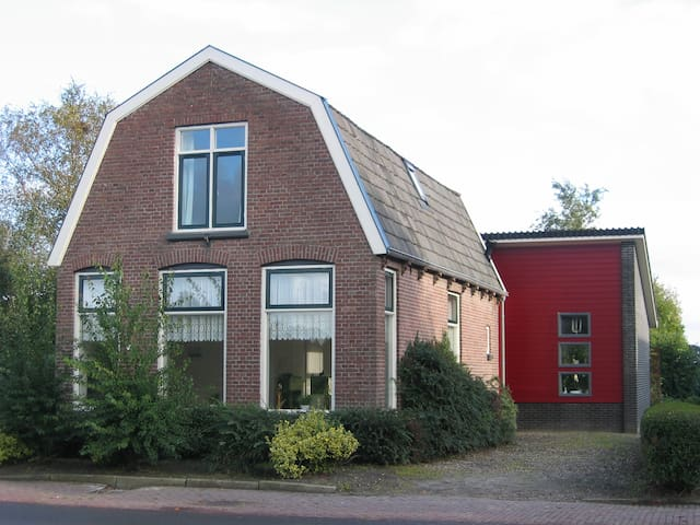 charming house in rural village, bus to Giethoorn - Nijensleek - Hus
