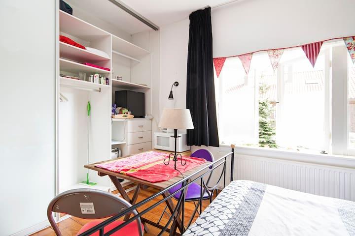 Great bed, tasty breakfast, wifi, safe location! - Utrecht - Hus