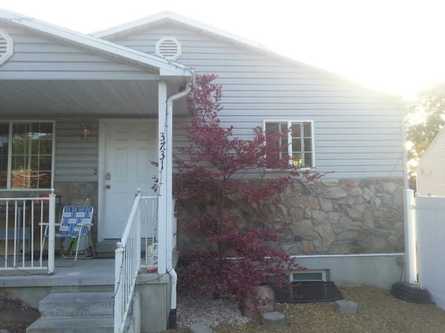 Newer home by mountains w/hot tub pet friendly - Ogden - Huis
