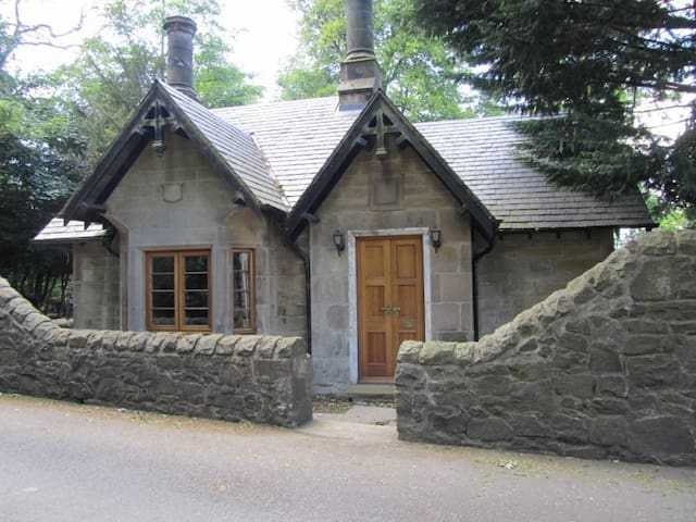 Quaint historic former gate house - City of Edinburgh - Hus