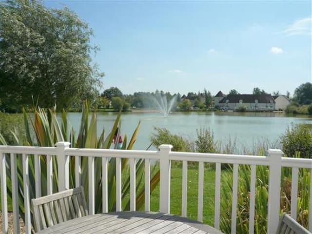 Lake side location on gated estate - South Cerney - Дом