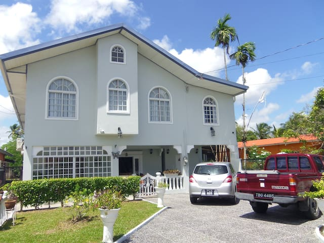 Airport Inn- rm2, 3 mins to Airport - Piarco - Bed & Breakfast