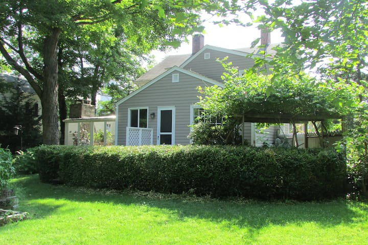 1795 Carriage House with Gardens - Southbury - Hus