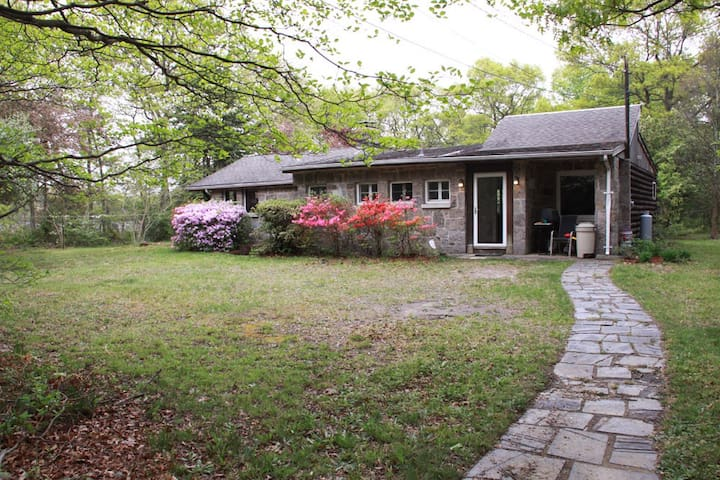 Rustic Cabin in the woods - Holtsville