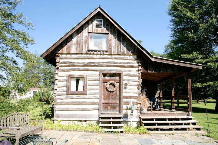 Quaint country authentic log cabin - Scottsville - Cabaña