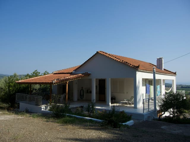 Beautiful, large 2 story house, totally private - Mantoudi - Hus