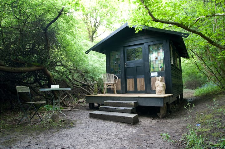 The hidden hut in the woods - Ditchling - Skjul