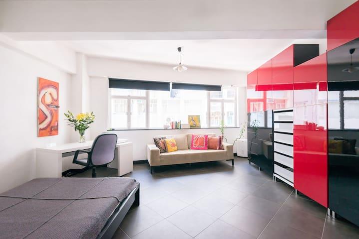 SOHO'S URBAN CHIC DESIGNERS APT - Hong Kong Island