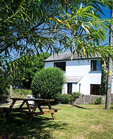 Pembrokeshire Coastpath Cottage - Goodwick