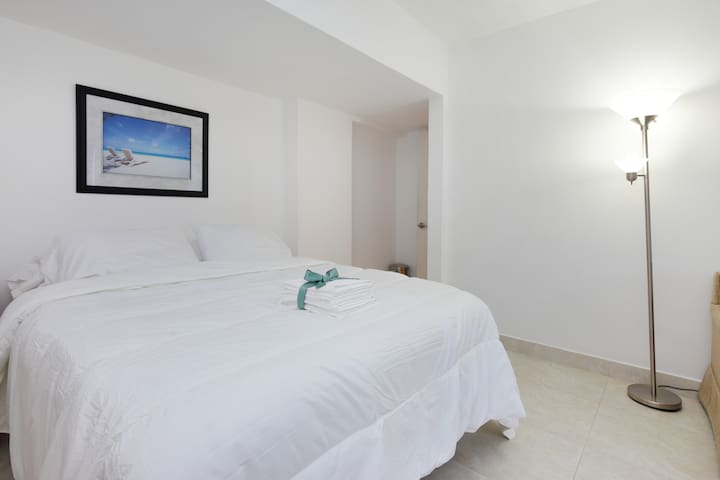 The beach is but a short walk away - Surfside - Apartemen