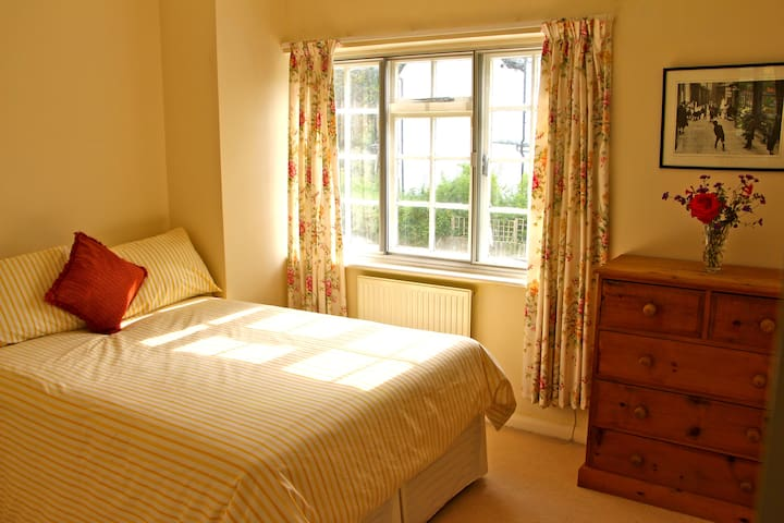 Double bedroom in Riverside home - Maidenhead - Huis