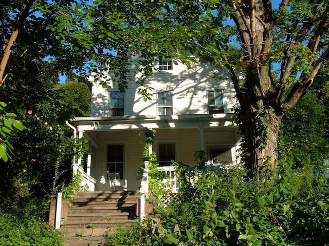 Walk to Main Street - Trestle View - Rosendale - Maison