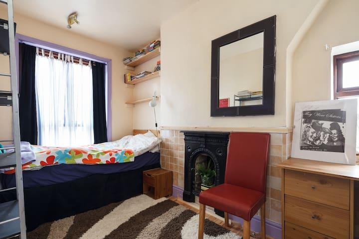 Comfortable and large single room. - Darwen - Casa