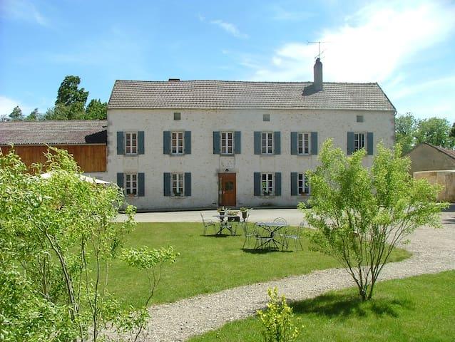 Grand Gîte de charme indépendant - Festigny - Hus