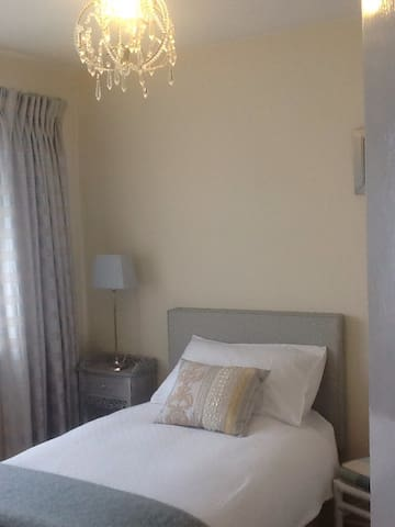 Welcoming home - Bedroom 1 - Ashford - Talo