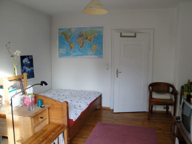 Cosy & bright  rooms in quiet neighborhood - Neusäß - Гестхаус