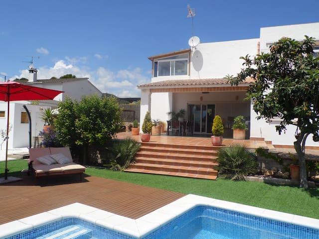 Villa with pool and private garden  - Olivella