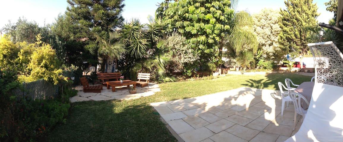 A beautiful villa with a nice and quiet garden. - Tzoran-Kadima