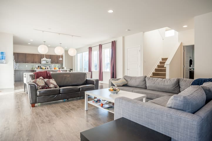 New, clean, modern home available - Highlands Ranch - Huis