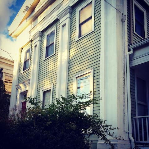 Downtown Eclectic Home - New London - Dom