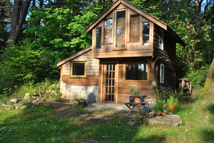 Cozy waterfront cottage - Nanaimo