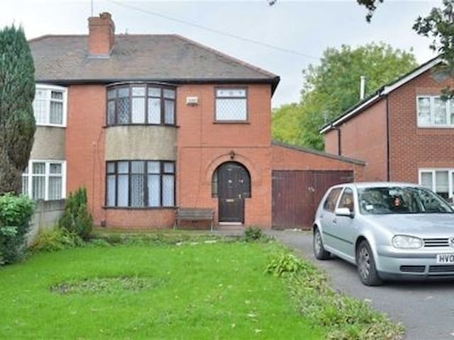 Room to let in large house - Hindley Green - Гестхаус